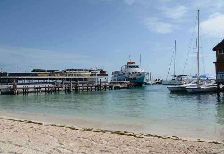 Dos de las empresas acuáticas concentran sus operaciones en playa Tortugas. (Israel Leal/SIPSE)