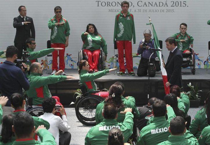 Alfredo Castillo, titular de la Conade, abanderó a los deportistas mexicanos que competirán en los Juegos Parapanamericanos de Toronto. (Notimex)