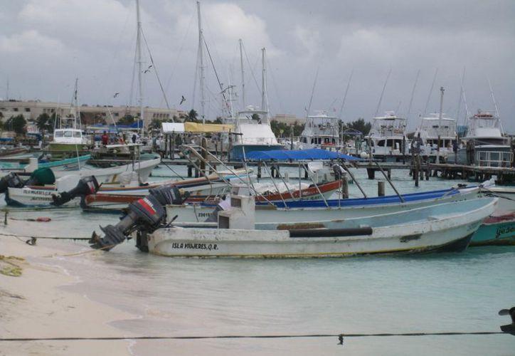 Cientos de embarcaciones de náuticos, turismo y pescadores permanecen varadas. (Lanrry Parra/SIPSE)