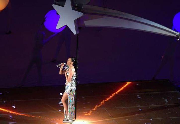 En foto de Moschino, Katy Perry se muestra semidesnuda. Aquí se le ve durante su presentación en el Super Bowl XLIX. (Notimex)