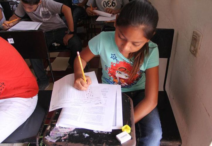 En promedio por escuela, entre 600 y 700 niños presentaron una prueba para que la que tuvieron tres horas, con el objetivo de entrar a la escuela de su preferencia. (José Acosta/SIPSE)