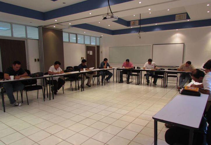Fueron 15 personas que se capacitaron en temas de protección civil. (Sergio Orozco/SIPSE)