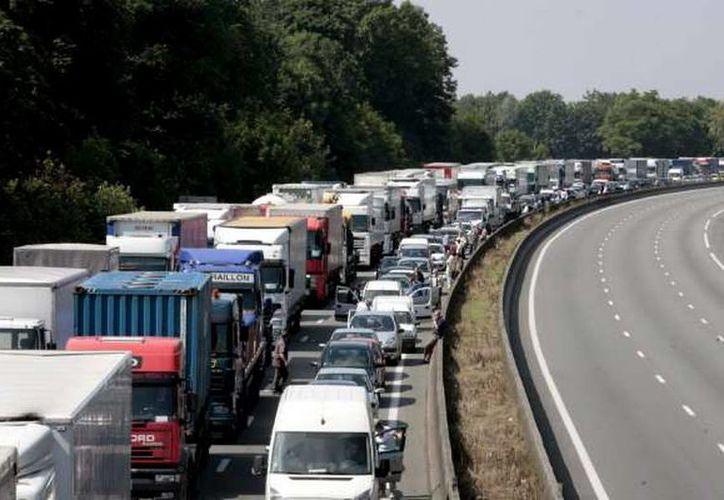 Los camioneros desquiciaron el tráfico de varias carreteras de Francia para obligar al gobierno de Francia a cancelar el impuesto ambiental que les quieren aplicar. (EFE/Archivo)