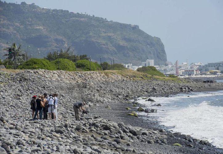 El fragmento hoy identificaco como parte de un Boeing 777 fue localizado en las playas de la isla de la Reunión, que es un territorio francés. (AP)