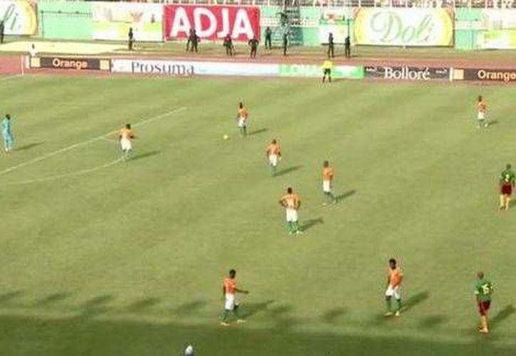 La selección de Costa de Marfil prácticamente no pasó de su área grande en los últimos 3 minutos del juego ante Camerún, que terminó 0-0 y les dio el pase a la Copa Africana. (Foto especial tomada de Milenio La Afición)