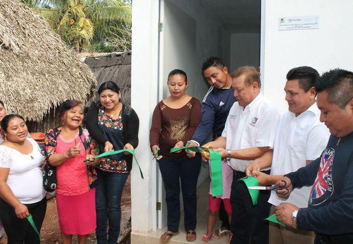 El alcalde y las presidentas de las colonias cortaron el listón inaugural. (Raúl Balam/SIPSE)