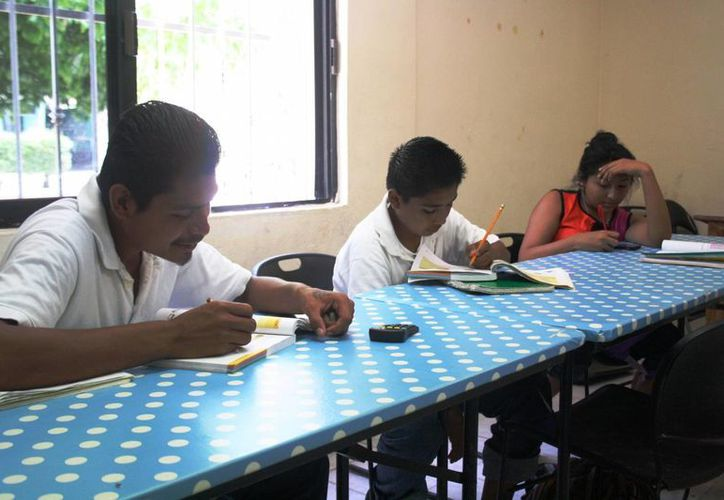 El IEEA de Playa del Carmen permite a los jóvenes tomar clases con adultos. (Octavio Martínez/SIPSE)