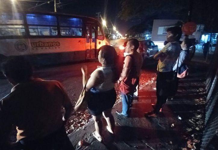 Ayer un autobús de la ruta Polígono 108 dejó 'botados' a los usuarios. Ante estas condiciones los transportistas han asegurado que invertirán en las unidades en caso de incrementarse el subsidio recibido. (José Acosta/SIPSE)