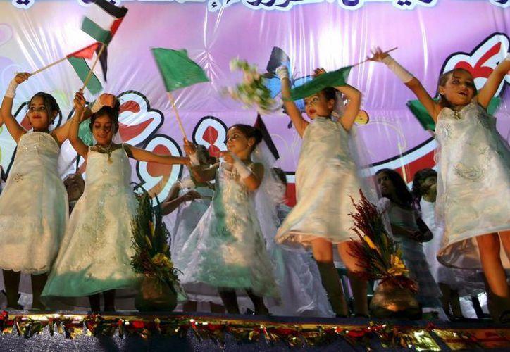 Niñas palestinas bailan durante una boda colectiva de integrantes del Hamas, organizada en la Franja de Gaza. (Archivo/EFE)