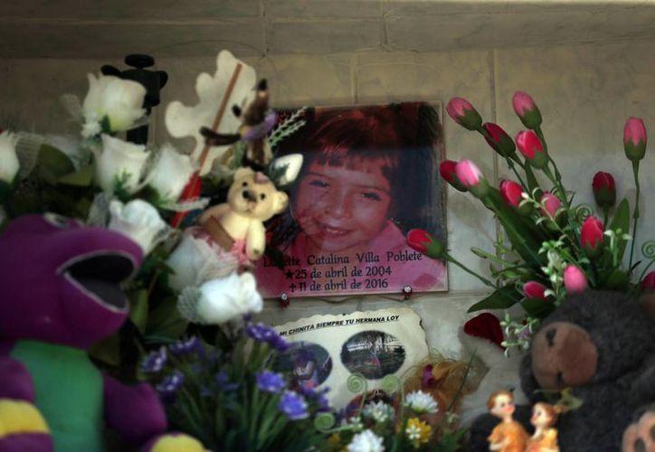 Un foto de Lissette decora su tumba en Til Til, Chile. La muerte de la menor desató una polémica entre la sociedad chilena.  (AP/Luis Hidalgo).