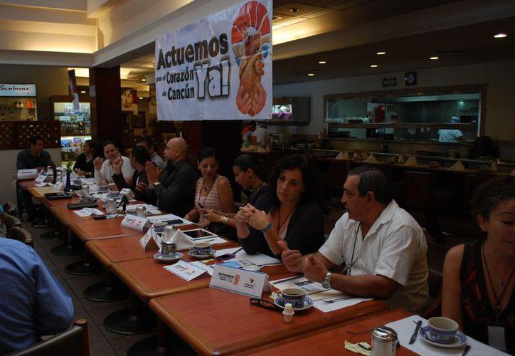 """Movimiento ciudadano """"Actuemos por el Corazón de Cancún"""" presentó la guía práctica. (Tomás Álvarez/SIPSE)"""