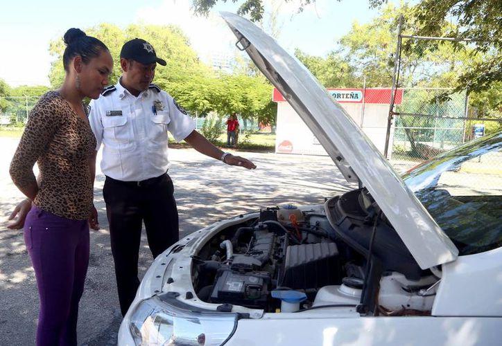 Yong Mendoza reiteró el compromiso de reforzar la capacitación para lograr el comportamiento responsable de los automovilistas. (Redacción/SIPSE)