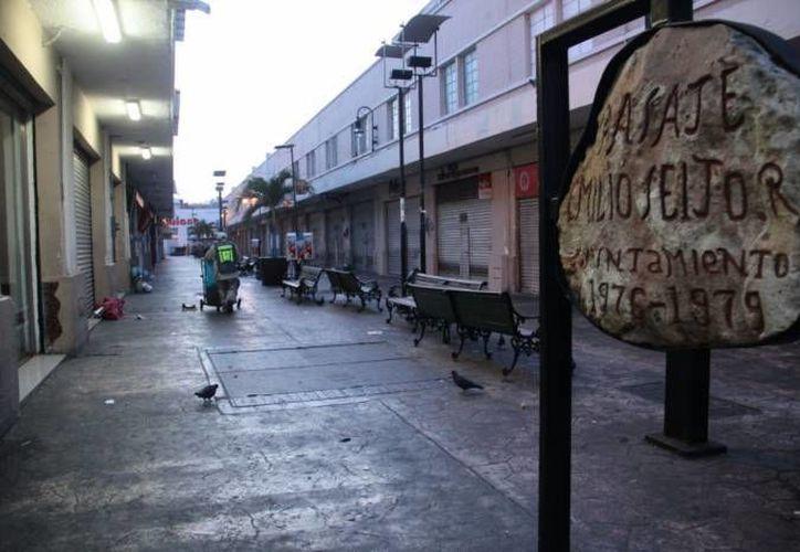 Luego de una intensa actividad comercial y de movimiento acelerado de vehículos y personas en torno a la noche buena, hoy Mérida amaneció en calma  y con basura acumulada en algunos puntos del primer cuadro. (José Acosta/SIPSE)