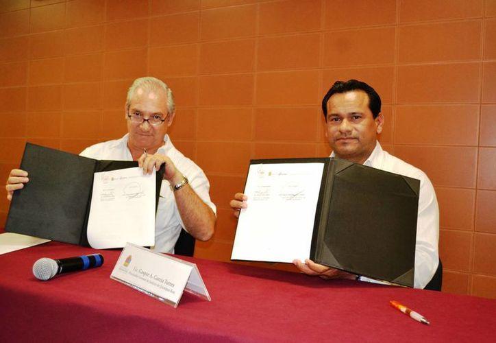 Las autoridades durante la firma del convenio. (Redacción/SIPSE)