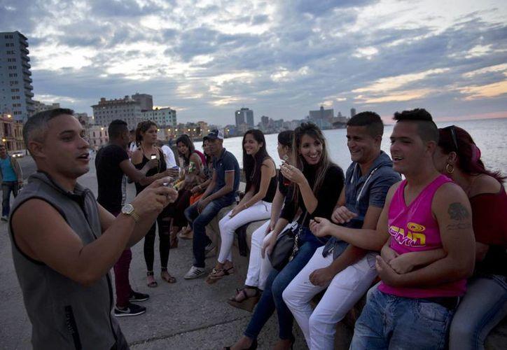 Varios jóvenes conversan en El Malecón de La Habana, Cuba. (Agencias)