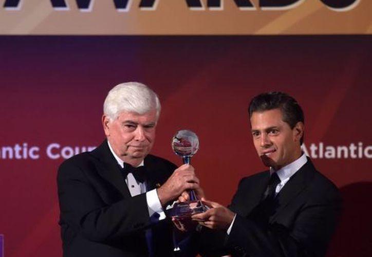El presidente de México, Enrique Peña Nieto, fue galardonado en Nueva York junto con otros políticos y artistas como el ex presidente de Israel, Shimon Peres, y el actor Robert De Niro. (Notimex)