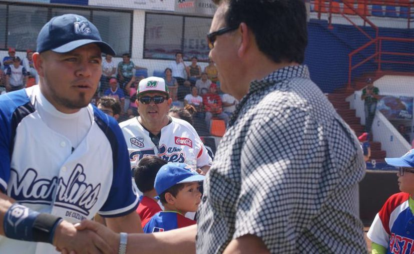 Además de saludarlos, Fernando Valenzuela motivó a los peloteros de Marlins de Cozumel y Rockies de Cancún, en el Estadio 'Beto Ávila'. (Ángel Villegas/SIPSE)