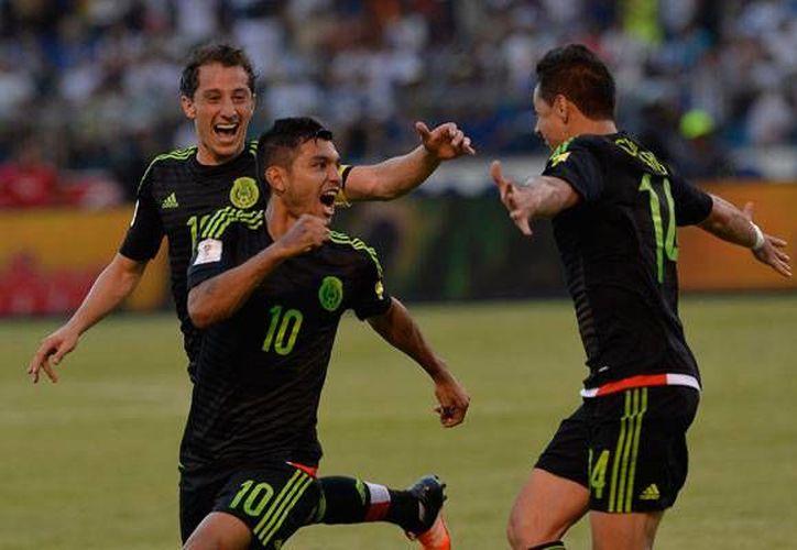 La selección mexicana de futbol subió varios puestos en el ranking mensual de la FIFA, los dirigidos por Juan Carlos Osorio se ubican en la posición 22 de dicha clasificación.(Notimex)