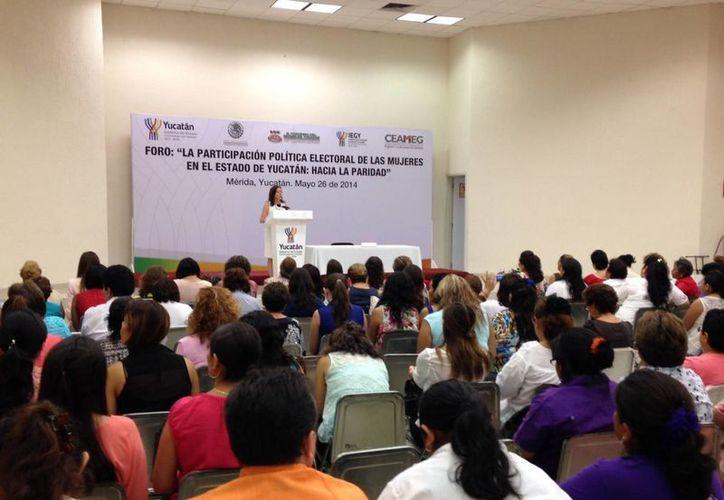 """Beatriz Zavala ofreció la conferencia magistral """"Primer Congreso Feminista: Las sufragistas de Yucatán, la paridad en la Toma de Decisiones"""", en el foro de análisis del papel de la mujer en la política. (Cortesía)"""
