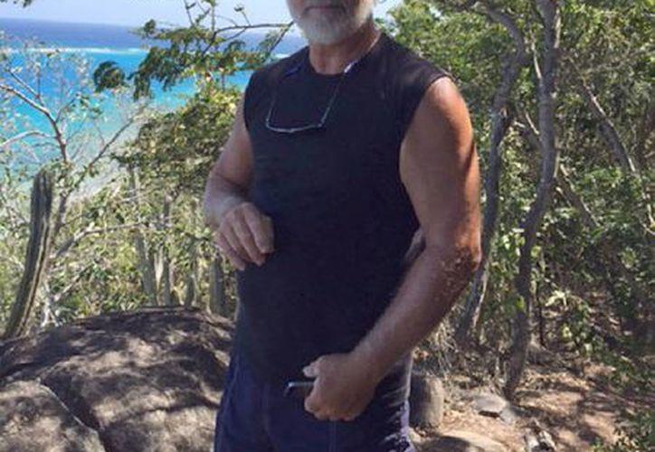 Foto del 6 de marzo del 2015 que muestra a su marido David Thompson en Virgen Gorda, Islas Vírgenes Británicas. Thompson, de 68 años, sobrevivió a una odisea en el mar tras nadar durante siete horas y llegar a la costa de Puerto Rico. Viajaba solo en su velero cuando una ola enorme lo tiró al mar. (Donna Thompson via AP)