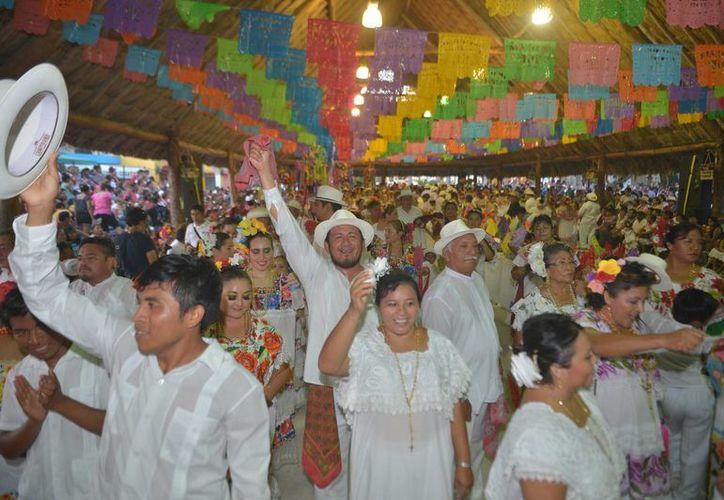 Con la pista llena de jaraneros cerró la feria de El Cedral de Cozumel. (Gustavo Villegas/SIPSE)