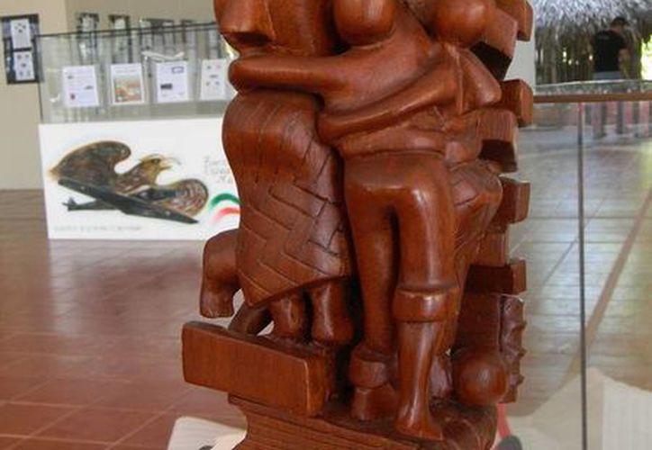 "Obras escultórica ""Dos libros mixtecos"" de 1993. (Redacción/SIPSE)"