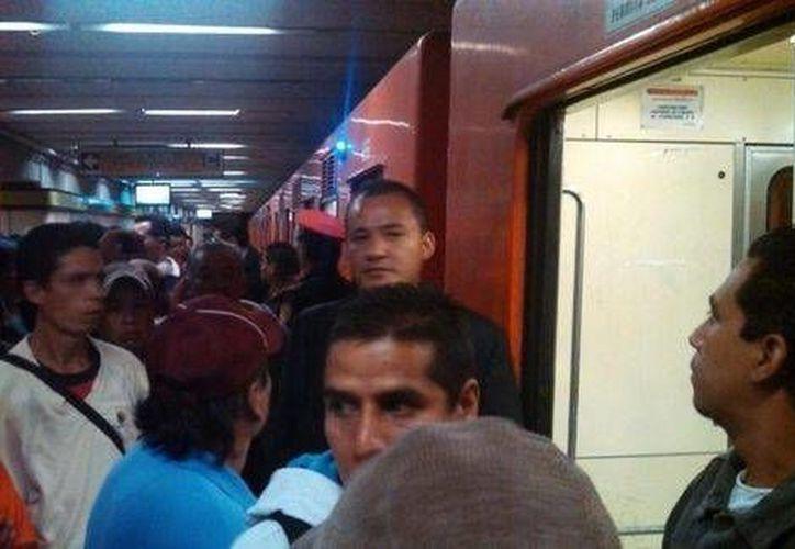 Usuarios del Metro en la estación Zapata, que fue una de las afectadas debido a una falla eléctrica esta mañana. (Milenio)