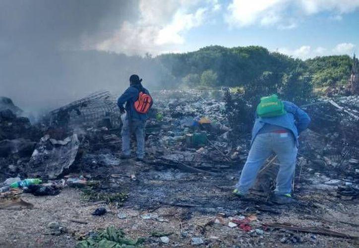 El incendio en el basurero a cielo abierto de Holbox comenzó poco antes del mediodía del jueves pasado. (Raúl Balam/SIPSE)