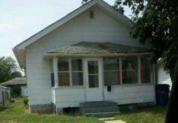 El caso se hizo famoso después de que publicaran una foto de la casa, en cuyo porche cubierto aparece una 'figura' visible. (dailymail.co.uk)