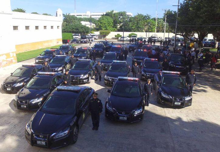 El alcalde Mauricio Vila entregó este lunes 20 nuevas patrullas y 200 chalecos antibalas a la Policía Municipal de Mérida.  (Foto cortesía)