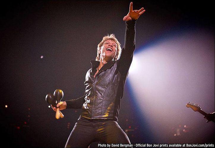 La banda Bon Jovi anunció la cancelación de sus conciertos en Asia. En la imagen, el líder de la banda durante un concierto en Washington. (bonjovi.com)
