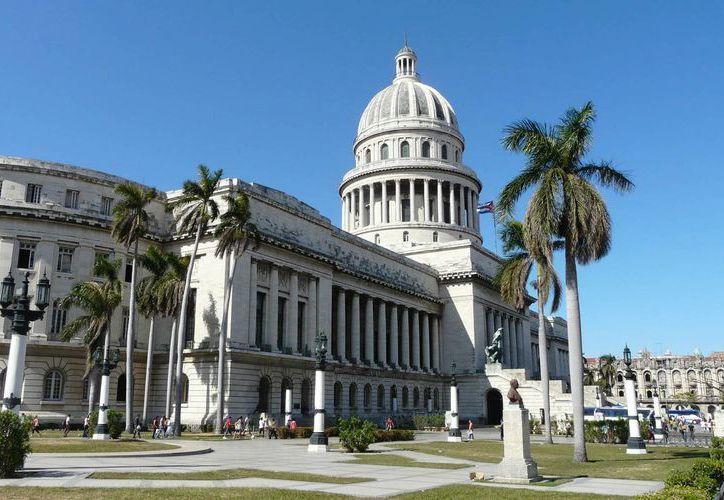 Cuba y EU tratarán el tema de las visas para que los isleños puedan ingresar a territorio norteamericano. En la imagen, el emblemático Capitolio de la capital cubana. (desdelahabana.net)