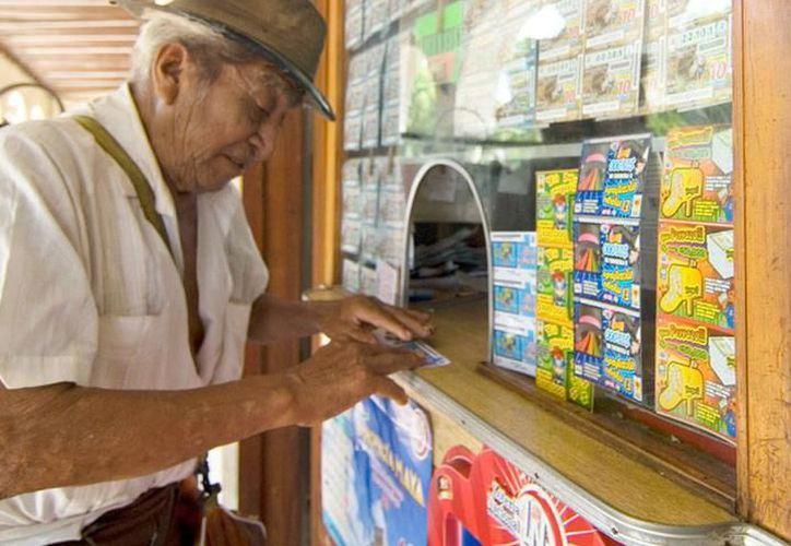 La lotería es de los negocios que siempre tendrá clientes en la entidad, a pesar de que se incremente el número de expendios. (SIPSE)