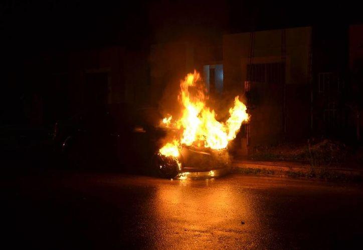 Las llamas consumieron el vehículo. (Redacción/SIPSE)