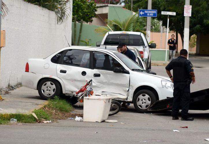 El automóvil se fue hacia su derecha y colisionó contra la camioneta que estaba estacionada en esa vía. (SIPSE)