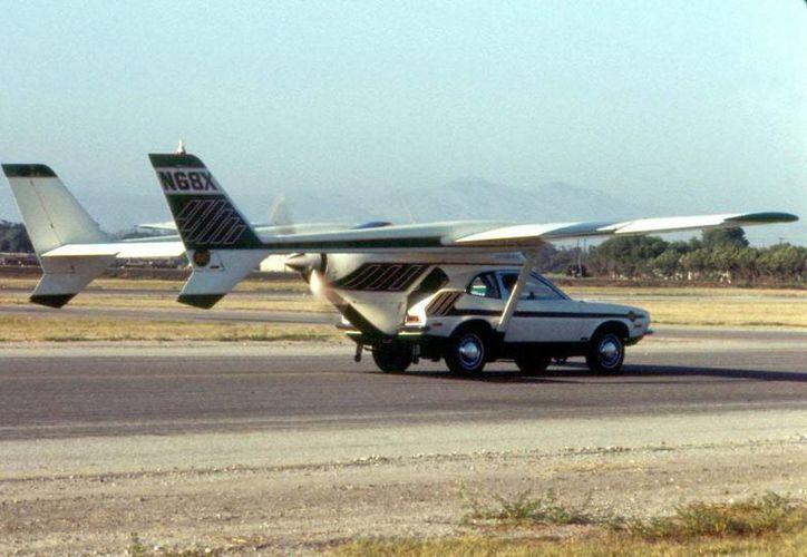 En 1973, la empresa Advanced Vehicle Engineers, presidida por el ingeniero aeronáutico estadounidense Henry Smolinski, presentó un modelo de carro volador.  (wikipedia.org)