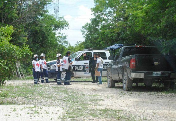 Elementos policíacos y de la Cruz Roja atendieron el reporte. (Eric Galindo/SIPSE)