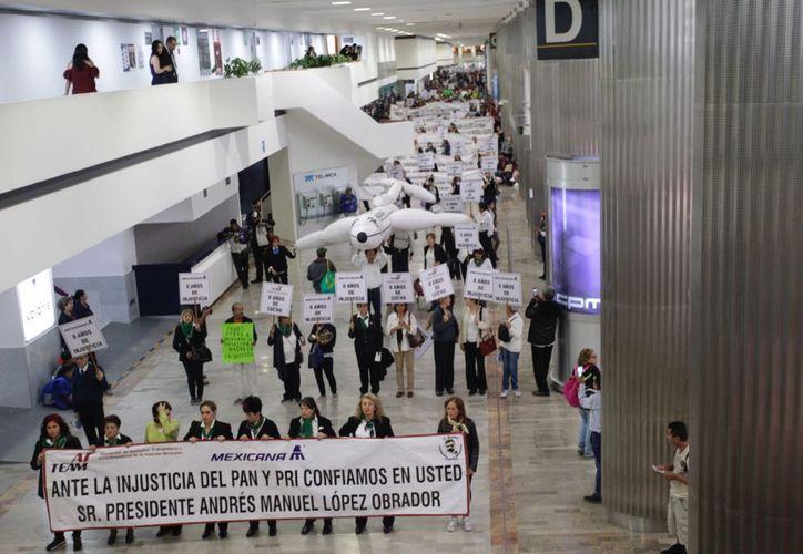 Se manifiestan ex trabajadores de Mexicana de Aviación a ocho años de su cierre (La Jornada)