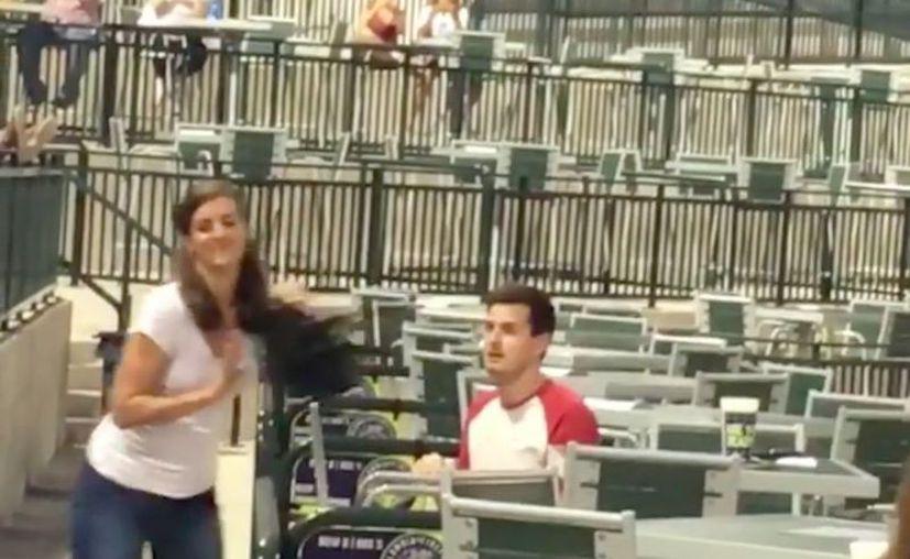 Este enamorado fue rechazado por una chica cuando le propuso matrimonio durante un partido de béisbol. (Impresión de pantalla)