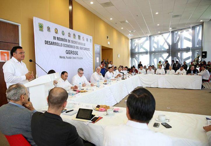 El gobernador de Yucatán, Rolando Zapata Bello, habla durante la reunión de la Gersse en Mérida. (SIPSE)
