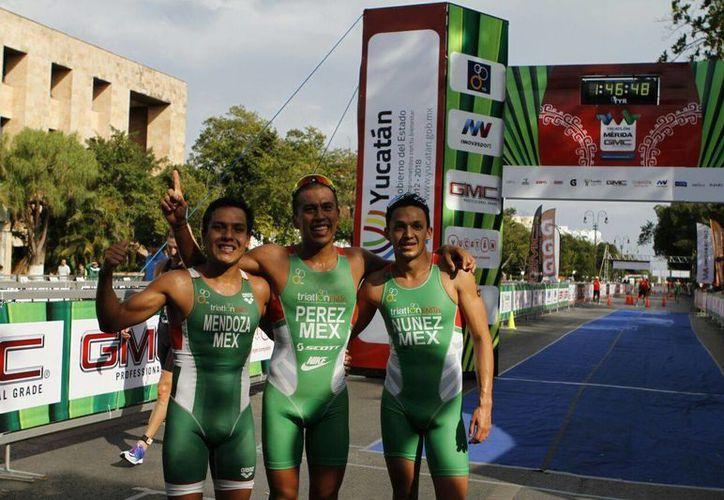 Los mexicanos Irving Pérez (centro), David Mendoza (izquierda) y David Núñez (derecha), ganadores del Triatlón Iberoamericano Mérida 2016. (César González/SIPSE)