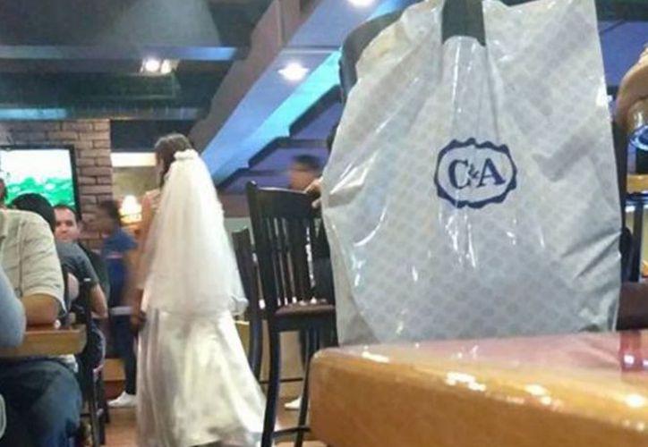 Una novia es captada después de que el novio no llegó al altar, y termina bailando con desconocidos. (Foto: Captura del video)