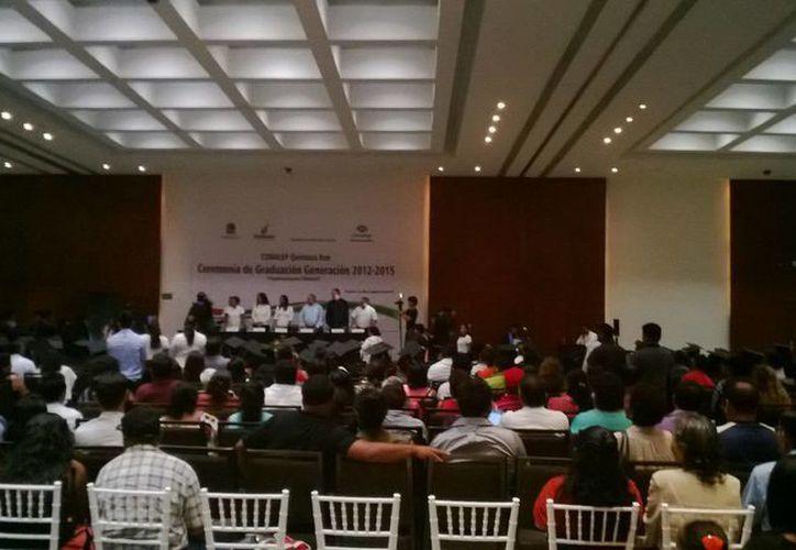 La directora  del Plantel Conalep Cancún, Ángela Patricia Pérez Castro, felicitó a los padres de familia por el esfuerzo y dedicación. (Redacción/SIPSE)