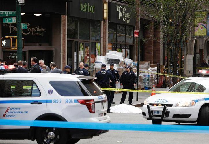 Policías en la escena del tiroteo donde un hombre murió acribillado a manos de agentes, el miércoles 18 de mayo de 2016, en Nueva York. (AP)