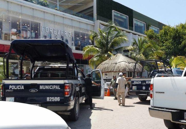 Los detenidos tras cometer un asalto a mano armada el miércoles en el hotel Grand Porto Real, ya fueron consignados.  (Redacción/SIPSE)