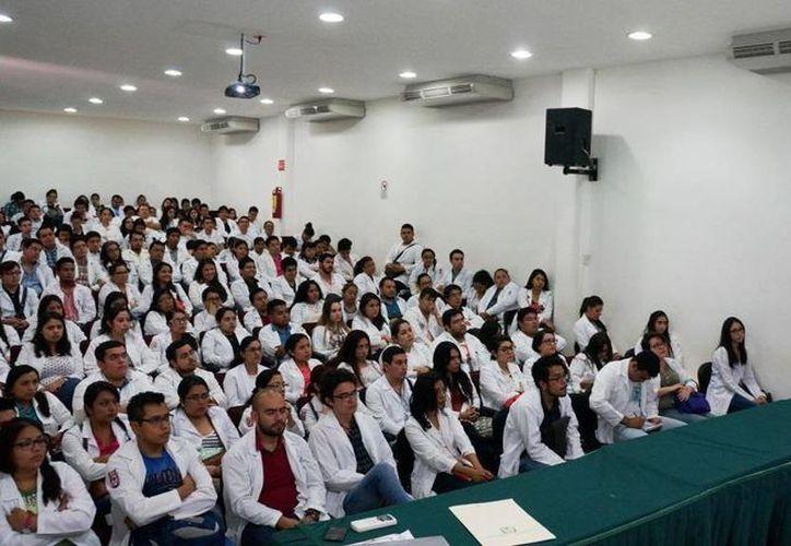 164 médicos pasantes y un total de 24 enfermeras y enfermeros concluyeron satisfactoriamente su Curso de Inducción, por lo que ya están preparados para ofrecer sus servicios en distintas comunidades. (Cortersía/ IMSS)