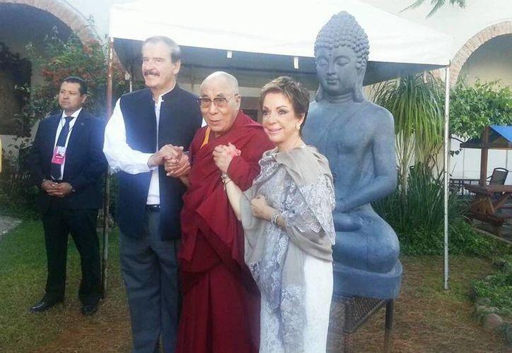 El expresidente de México con el Dalai Lama y Martha Sahagún de Fox. (@centrofox)