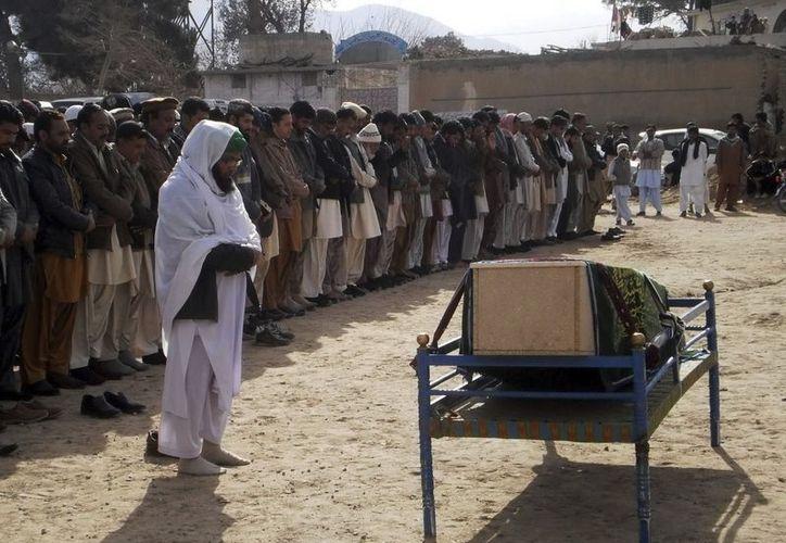 Un grupo de persona asiste al funeral del periodista paquistaní Imran Sheikh, asesinado en el atentado doble de ayer en Quetta, en la región occidental de Baluchistán, en Pakistán. (EFE)
