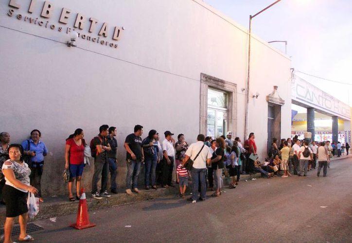 El módulo ubicado en la calle 54 registra enormes filas desde temprana hora. (Milenio Novedades)