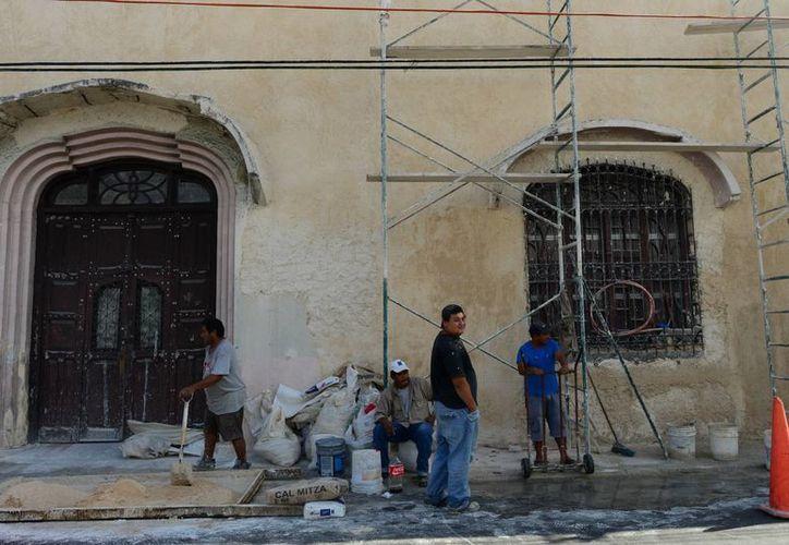Las casas cuyas fachadas fueron rescatadas son joyas arquitectónicas de la ciudad de Mérida. Imagen del rescate de una casa en el centro. (Milenio Novedades)